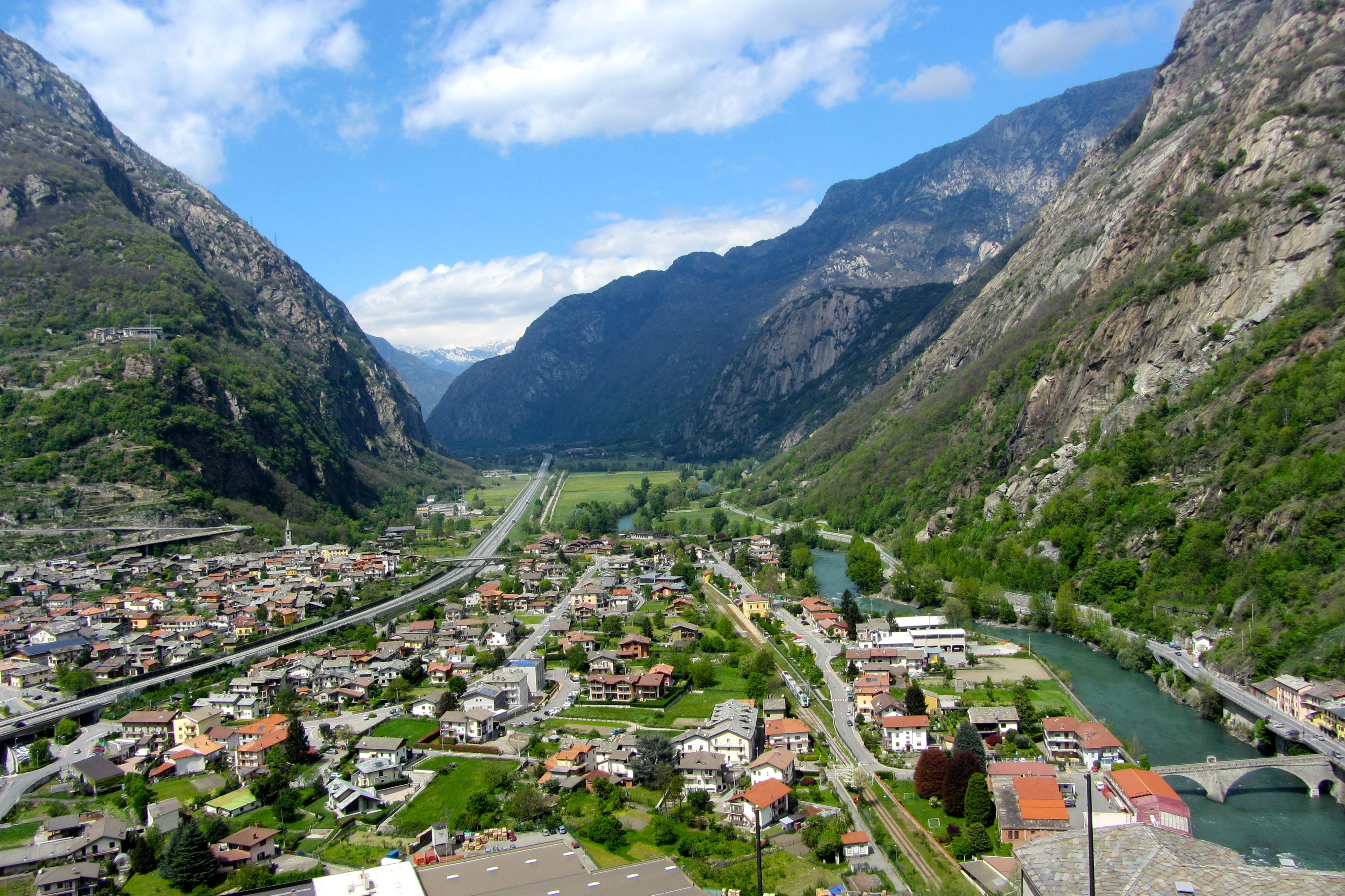 Utsikt från borgen Bard i Aostadalen