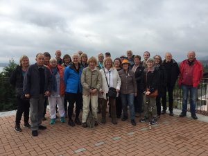 Deltagarna på Italienresan oktober 2016. Vi har tittat på ändmoräner vid utkiksplats i Viverone.