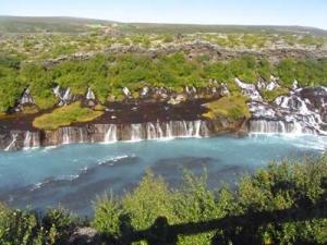 Vattenfallet Hraunfossar öster om Borgarfjörður.